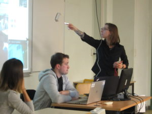 Des professionnels du numérique parlent de leur métier aux étudiants en informatique.